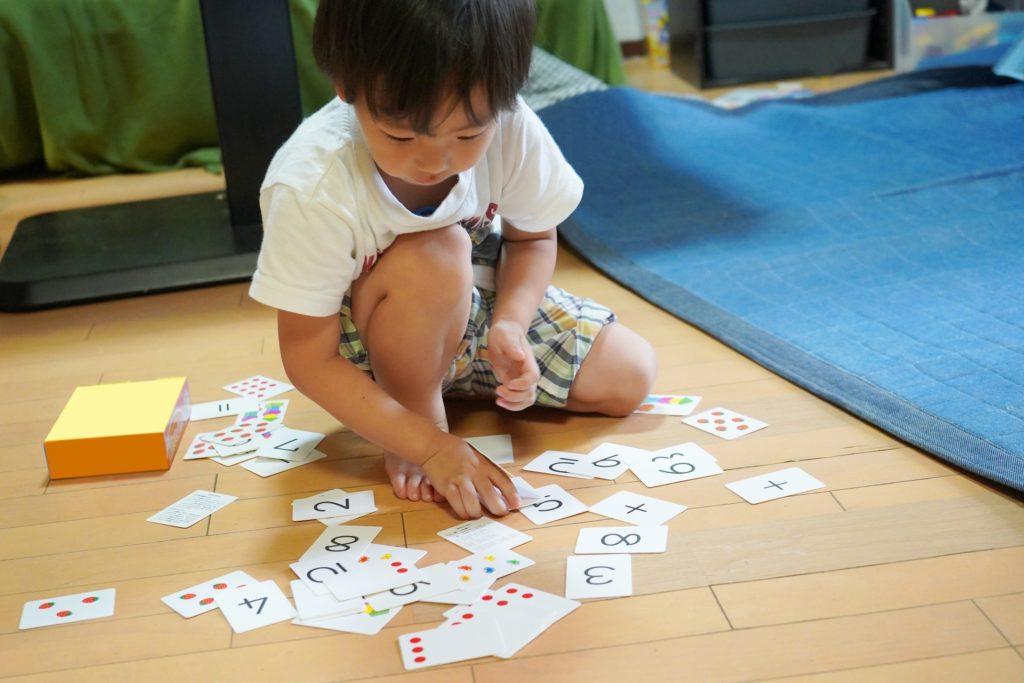 カード遊びをする男の子